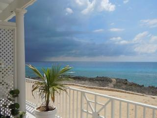 Cayman Sunset, Coconut Bay Oceanfront 3BR near SMB