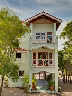 Finely Finished Treetop Villa in Cocoplum