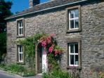 HILLFOOT, pet friendly, character holiday cottage, with a garden in Selside, Ref 1014