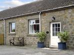 STABLE COTTAGE, family friendly, character holiday cottage, with a garden in Belford, Ref 1996