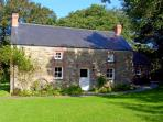 THE FARMHOUSE, pet friendly, character holiday cottage, with open fire in Crymych, Ref 2021