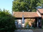 BLUEBELL STUDIO, romantic, country holiday cottage, with a garden in Waldringfield, Ref 4493