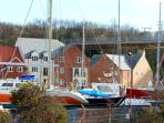 WHITBY HARBOUR RETREAT, open plan living, harbour and river views, communal lawned grounds in Whitby, Ref: 14856