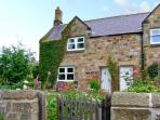 MILLER'S RETREAT, close to village pub, heart of village, garden, dogs welcome, in Lesbury, Ref 7705