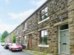 HARDCASTLE CRAGS COTTAGE, woodburner, picturesque walks, with a spacious garden, in Hebden Bridge, Ref 16835