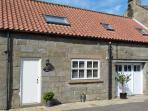 BLUEBELL COTTAGE, near Whitby, stunning walks, countryside views and a shared garden in Castleton Ref 16262