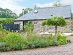 BOWOOD BARN, romantic retreat, rural location, woodburning stove, in Great Torrington Ref 15993