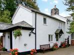 THE LITTLE WHITE COTTAGE, cosy cottage, with en-suite bedroom, off road parking, enclosed patio, near Ruthin, Ref 20092