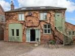 THE STABLES FLAT, cosy apartment, walks from door, ideal touring base, near Worcester, Ref 23221