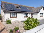 THE WILLOWS, detached cottage, woodburner, en-suite bedrooms, enclosed garden, walking distance to beach, near Trearddur Bay, Ref. 27187
