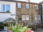 THE NOOK, quality cottage, woodburner, en-suite bedrooms, two mins from shop and pub, in Haworth, Ref 22583