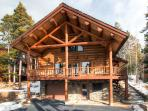 Modern log home with beautiful mountain views, free shuttle, and campfire - Mountain Echo Lodge
