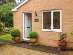 THE STUDIO, pet friendly, country holiday cottage, with a garden in Stratford-Upon-Avon, Ref 6901