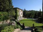 Charming Villa La Provencale offers a swimming pool, gazebo and housekeeping