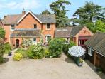 THE ORANGERY, pet friendly single-storey cottage, indoor swimming pool, games room, near Upton upon Severn, Ref 21104