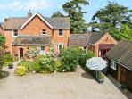 THE TACK ROOM, pet friendly cottage, swimming pool, games room, near Upton upon Severn, Ref 21730