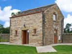 HOLLINS WOOD BOTHY, romantic cottage, rural views, en-suite facilities, in Sheffield, Ref. 25335