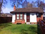 STRATHISLA, pet-friendly single-storey cottage with open fire in Aviemore, Ref 23108
