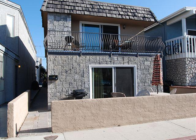 Charming Upper Unit of a Duplex! Ocean View from Deck! (68187) - Image 1 - Newport Beach - rentals