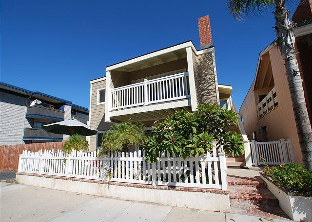 Charming Upper Duplex Newly Renovated! 1 House From Sand! (68112) - Image 1 - Newport Beach - rentals