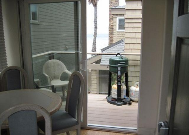 2839 Strandway Patio/dining - S. Mission Beach Fully equipped apartment, balcony, peek views, pet friendly - Pacific Beach - rentals