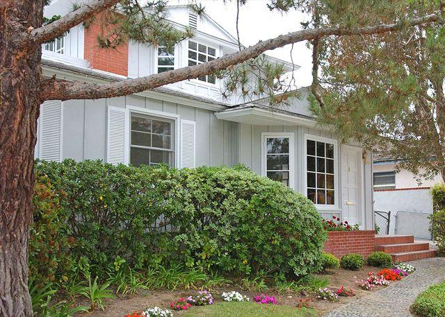 3440 Yosemite Exterior - Lovely Crown Point home with large yard and patio. Close to beach and bay. - Pacific Beach - rentals