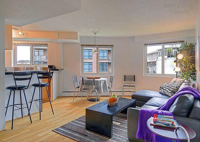 Great Room - Eclectic Urban Flat in the Heart of the City, Steps to the Convention Center! - Seattle - rentals