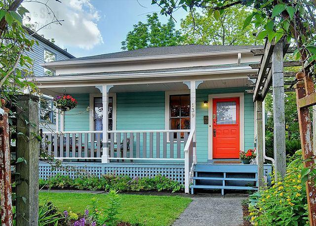 Front Exterior - Magical Cottage in Idyllic Urban Phinney Ridge - Your Home Away From Home! - Seattle - rentals