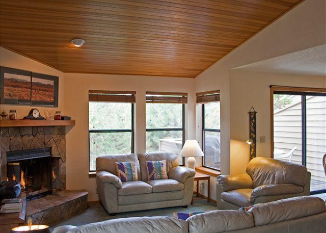Living Room - Sunriver Condo with Cable and Hot Tub Near Woodlands Clubhouse - Sunriver - rentals