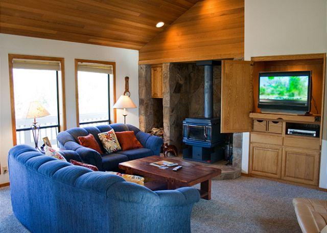 Great Sunriver Home in Wooded Surrounding and Hot Tub Near North Store - Image 1 - Sunriver - rentals