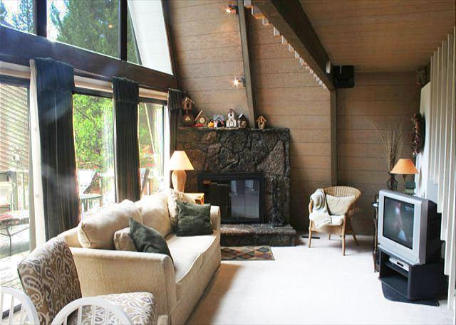 Living room - Pac Crest Sunriver Home Pet-Friendly and Hot Tub Near the Village - Sunriver - rentals