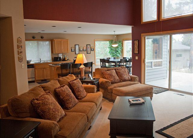 Living Room - Relaxing Sunriver Home with Gas Grill and Pet Friendly Near North Store - Sunriver - rentals