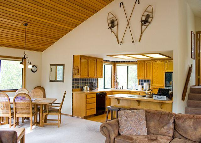 Open Living Floor Plan - Pac Crest Sunriver Home Pet-Friendly and Hot Tub that's Centrally Located - Sunriver - rentals