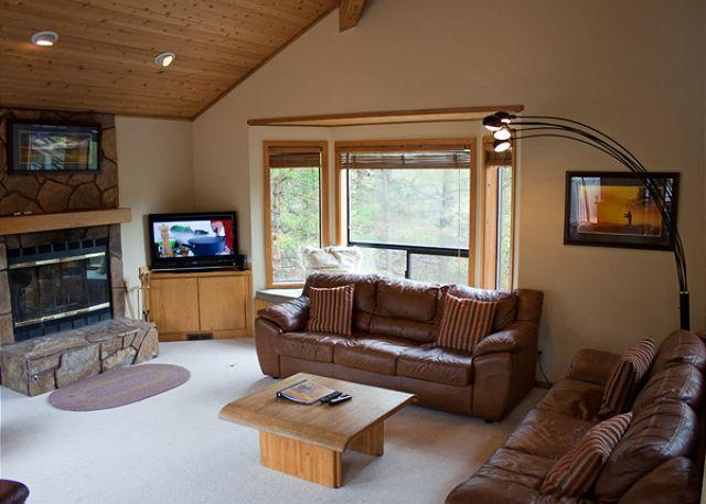 Living Room - With A Queen Hide-a-bed - Spring Rates Sunriver Home with Foosball  and Wifi On Golf Course - Sunriver - rentals