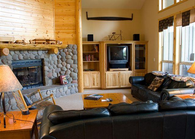 Living Room - Spring Rates Sunriver Home with 2 Master Suites and Gas Fireplace Near Store - Sunriver - rentals