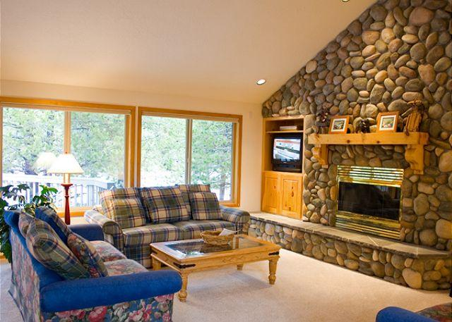 Living Area - Contemporary Sunriver Home with Large Deck and Hot Tub Near North Entrance - Sunriver - rentals