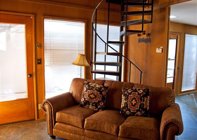 Living Space - Pac Crest Sunriver Home with Large Deck and Hot Tub Near the Village - Sunriver - rentals