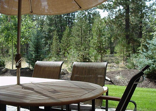 Back Patio - Memorial Day Sunriver Condo with Great Kitchen and Garage Near Observatory - Sunriver - rentals