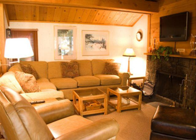 Living Room - Tennis Player's Sunriver Condo with Cable and Private Pool Near Nature Center - Sunriver - rentals