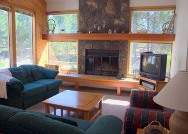 Living Room - Lift Ticket Deals Sunriver Condo with Wood Fireplace and Wifi Near Shopping - Sunriver - rentals