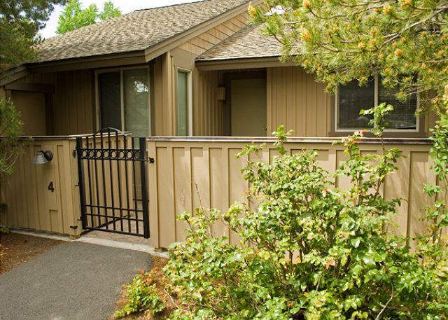 Front entry - Spring Rates Sunriver Condo with Wood Fireplace and Wifi Near Nature Center - Sunriver - rentals