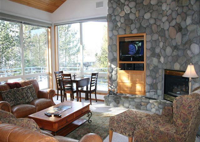 Livingroom - Lift Ticket Deals with Hot Tub and Gas Fireplace Near Observatory - Sunriver - rentals