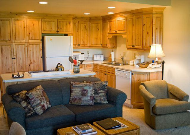 Living Room - Sunriver Condo with Wifi and Cable On the Golf Course - Sunriver - rentals