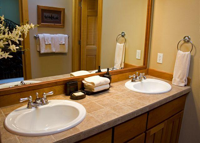 Master Bath Dual Sink Vanity - Upscale Sunriver Home with Ping Pong Table and Hot Tub Near Fort Rock Park - Sunriver - rentals