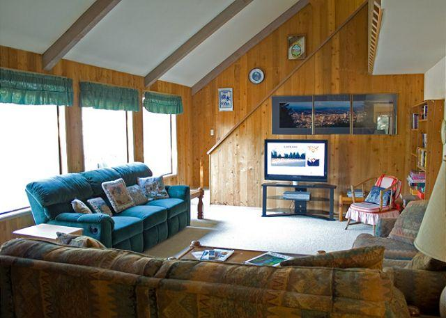 Living Room - Pac Crest Sunriver Home with Gas Grill and Hot Tub Near the Village - Sunriver - rentals