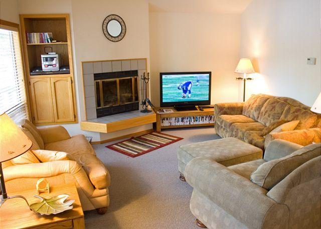 Living Room - Pac Crest Sunriver Home with Hot Tub and A/C Near the Village - Sunriver - rentals
