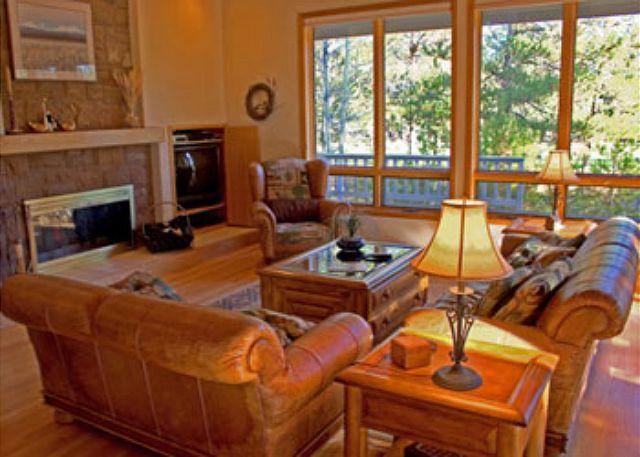 Living Room - Ski Specials Sunriver Home with Flat Screen TV and Hot Tub On the Golf Course - Sunriver - rentals
