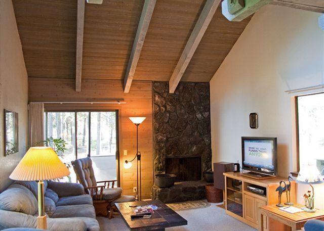 Living Room - Relaxing Sunriver Condo Pet-Friendly and Gas Fireplace Near the Village - Sunriver - rentals