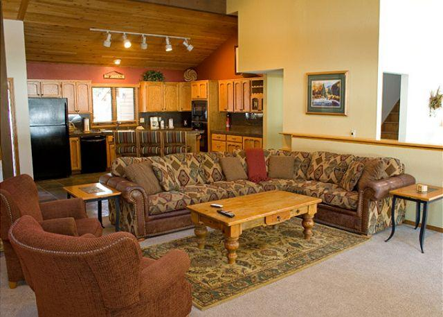 Living area - Family-Reunion Sunriver Home with Bikes and SHARC passes On the Golf Course - Sunriver - rentals