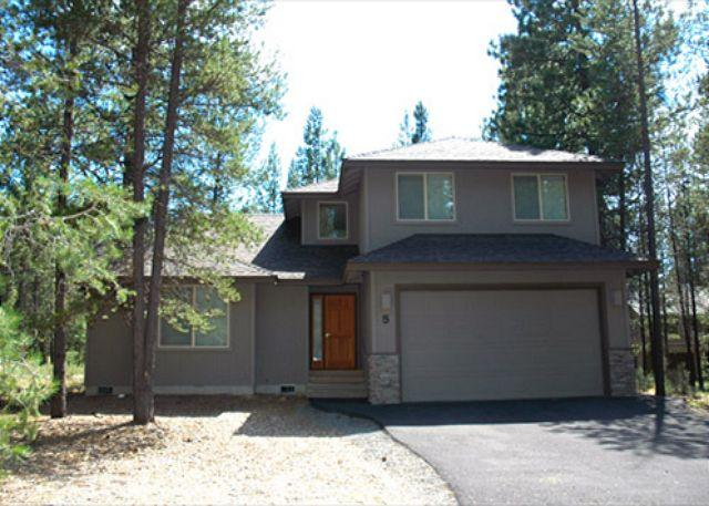 Upstairs King Master Bedroom - Comfortable Sunriver Home with A/C and SHARC passes Near the Village - Sunriver - rentals